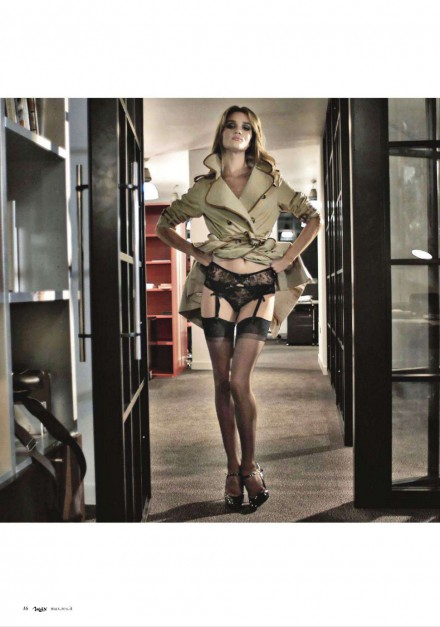 Rosie Huntington-Whiteley v punčochách Agent Provocateur pro Max Italy (Greg Williams)